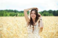 Mujer en el campo de trigo Fotografía de archivo libre de regalías