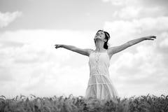 Mujer en el campo de trigo, blanco y negro Imagen de archivo