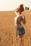 Mujer en el campo de trigo que respira Fotos de archivo