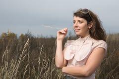 Mujer en el campo del otoño Fotografía de archivo libre de regalías