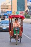 Mujer en el carrito motorizado eléctrico, Pekín, China Imagen de archivo libre de regalías