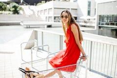 Mujer en el carro de la compra al aire libre Imagen de archivo libre de regalías