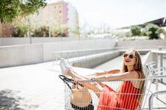 Mujer en el carro de la compra al aire libre Fotografía de archivo libre de regalías