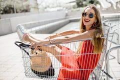 Mujer en el carro de la compra al aire libre Fotografía de archivo