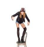 Mujer en el casco de la bicicleta que muestra al motorista Foto de archivo