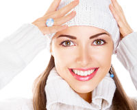Mujer en el casquillo y el suéter blancos. Sonrisa feliz Foto de archivo