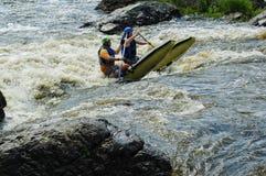 Mujer en el catamarán de los deportes para dos en el umbral del agua Fotos de archivo libres de regalías