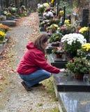 Mujer en el cementerio fotos de archivo