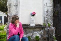 Mujer en el cementerio Imagen de archivo libre de regalías