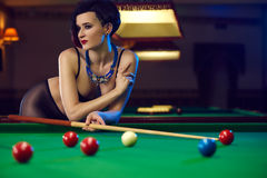Mujer en el club de los billares que juega el billar Imagenes de archivo