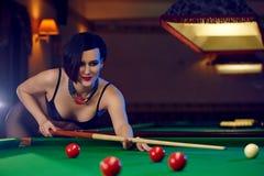 Mujer en el club de los billares que juega el billar Fotos de archivo
