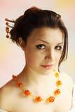 Mujer en el collar ambarino Imagenes de archivo
