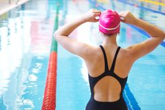 Mujer en el comienzo de la natación imágenes de archivo libres de regalías