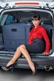 Mujer en el compartimiento de equipaje Fotos de archivo