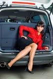 Mujer en el compartimiento de equipaje Imagen de archivo