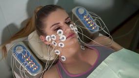 Mujer en el cosmetólogo Estímulo facial del elector metrajes