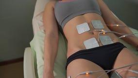 Mujer en el cosmetólogo Hardware para el electro estímulo metrajes
