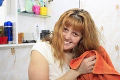 Mujer en el cuarto de baño Imagen de archivo libre de regalías