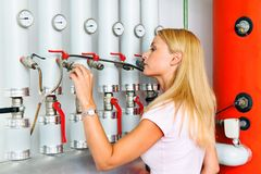 Mujer en el cuarto de caldera para la calefacción. Imagen de archivo