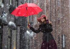 Mujer en el día de invierno con el paraguas rojo Foto de archivo libre de regalías