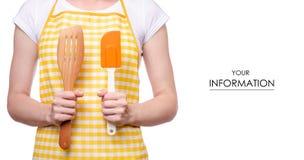 Mujer en el delantal a disposición que lleva a cabo el modelo de la espátula de la cocina fotografía de archivo libre de regalías