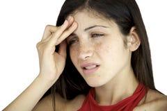Mujer en el dolor que sufre dolor de cabeza muy fuerte Foto de archivo