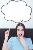 Mujer en el dormitorio que aparece en la burbuja de pensamiento del discurso, cómica Imagen de archivo