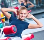 Mujer en el ejercicio de la gimnasia imagen de archivo