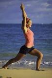 Mujer en el ejercicio de la playa Foto de archivo libre de regalías
