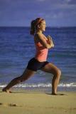 Mujer en el ejercicio de la playa Imágenes de archivo libres de regalías