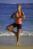 Mujer en el ejercicio de la playa Imagen de archivo libre de regalías