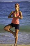 Mujer en el ejercicio de la playa Foto de archivo