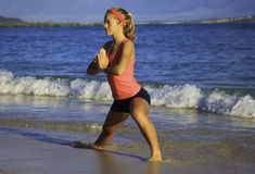 Mujer en el ejercicio de la playa Imagen de archivo