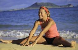 Mujer en el ejercicio de la playa Fotografía de archivo libre de regalías
