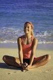Mujer en el ejercicio de la playa Fotografía de archivo