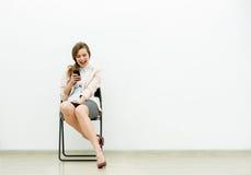 Mujer en el equipo de la oficina que espera en una silla fotos de archivo libres de regalías