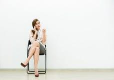 Mujer en el equipo de la oficina que espera en una silla imagenes de archivo