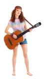 Mujer en el equipo del hippie que juega en la guitarra Foto de archivo