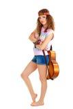 Mujer en el equipo del hippie que se coloca con la guitarra Imagen de archivo libre de regalías