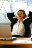 Mujer en el escritorio con el ordenador portátil Fotos de archivo libres de regalías