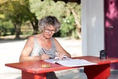 Mujer en el escritorio rojo foto de archivo
