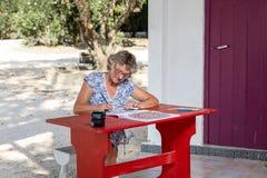 Mujer en el escritorio rojo Fotografía de archivo
