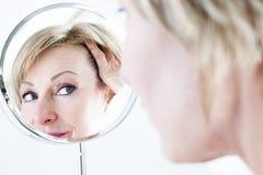 Mujer en el espejo fotos de archivo