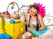 Mujer en el estilo de pascua que sostiene los huevos y las flores Fotos de archivo libres de regalías
