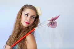 Mujer en el estilo del perno-para arriba que lleva a cabo la red de la mariposa y que mira la mota imagen de archivo