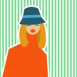 Mujer en el estilo retro de IES 60 en un fondo verde claro Fotos de archivo libres de regalías