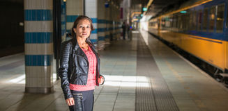Mujer en el ferrocarril Imagen de archivo