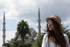 Mujer en el fondo azul de la mezquita fotografía de archivo