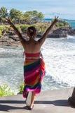 Mujer en el fondo de la playa de la porción de Tanah Fotografía de archivo