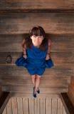 Mujer en fondo de la escalera de madera Fotos de archivo libres de regalías